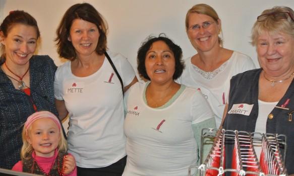 Kunstnerisk leder i Sykehusklovnene, Elisabeth Helland Larsen og noen av kvinnene i VpT. Foto: Tanja Buan