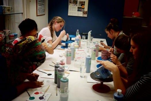 Kreative Sisterhood-jenter på keramikkverksted Foto: Susanne Nygård