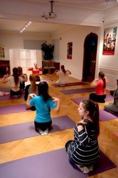 Yogakveld med Sisterhood-jentene Foto: Susanne Nygård