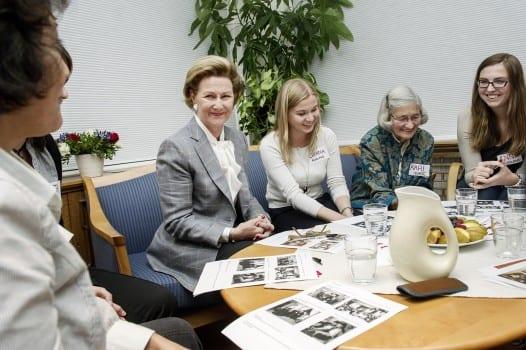 Dronning Sonja tar del i samtalen om kunst på Kvinneprat på Tvers Foto: Marius Nyheim Kristoffersen